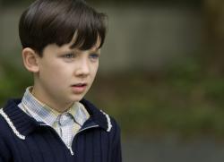 Chlapec v pruhovanom pyžame obrazok