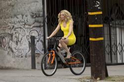 Na ulici po opici v žltých šatách obrazok