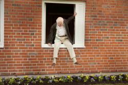 Storočný starček, ktorý vyliezol z okna a zmizol obrazok