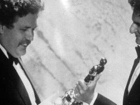 Britský herec a scénarista Colin Welland (vľavo) si preberá Oscara za najlepší scenár od Jerzyho Kosinského